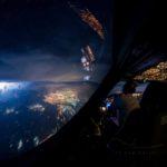 Úchvatný pohľad na búrky z pilotnej kabíny lietadla