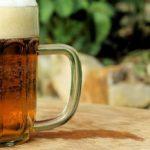 Fľaša vína denne neškodí a úplná abstinencia je pre telo horšia ako občasný alkohol, tvrdí fínsky vedec