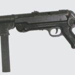Chlapík si vychutnal streľbu zo samopalu MP40, ktorý bol vyrábaný počas 2. svetovej vojny