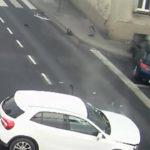 Obrovské šťastie: Ženu pred rútiacim sa autom zachránil stĺp verejného osvetlenia