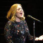 Speváčke Adele počas koncertu zlyhala zvuková technika. Ako zareagovala? Mariah, môžeš sa hanbiť!