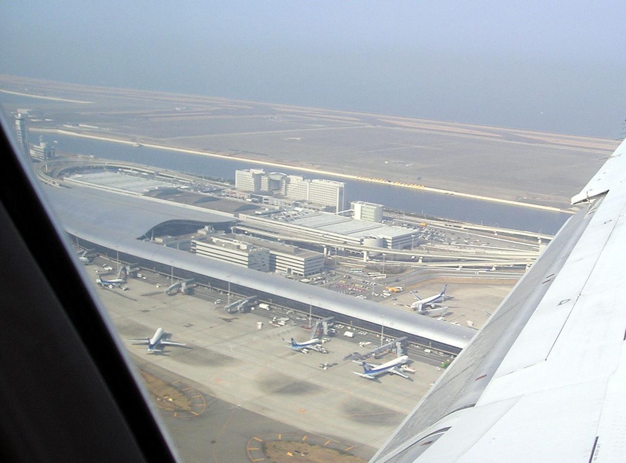 1280px-Kansai_International_Airport_-_main_terminal_plus_hotels