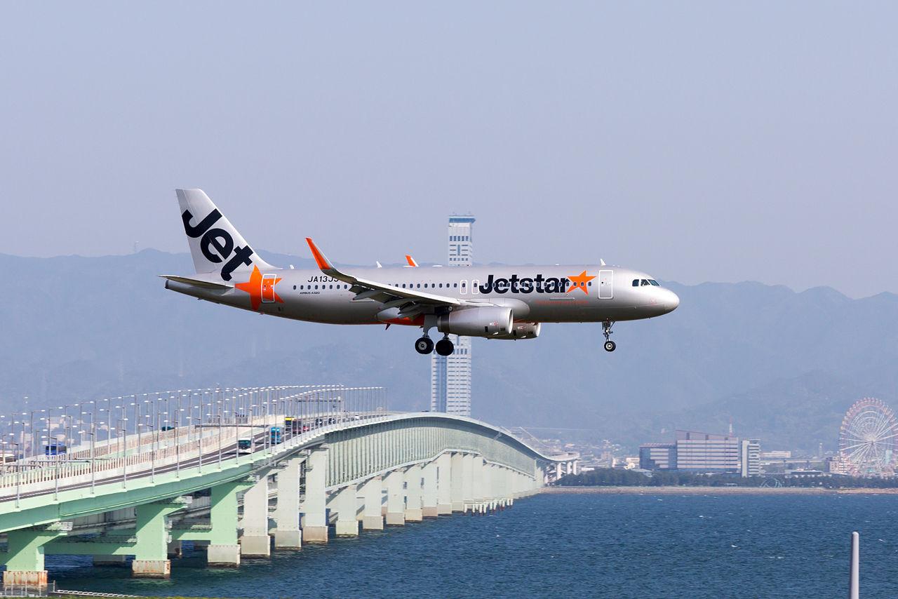 Jetstar_Japan,_GK352,_Airbus_A320-232,_JA13JJ,_Arrived_from_Naha,_Kansai_Airport_(17188000885)