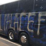 Obrovská futbalová hanba v Anglicku: Fanúšikovia omylom posprejovali vlastný autobus
