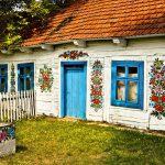 Malá poľská dedinka, ktorá je celá pomaľovaná kvetinovými maľbami