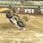 VIDEO: Pretekárovi sa podarilo spraviť historicky prvé salto vpred na monster trucku.