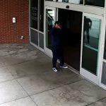 Policajt nekompromisne spacifikoval výtržníka. Celý incident zachytila kamera