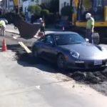 Drahé Porsche uviazlo v čerstvom betóne. Robotníci robili čo mohli, aby ho vytiahli von