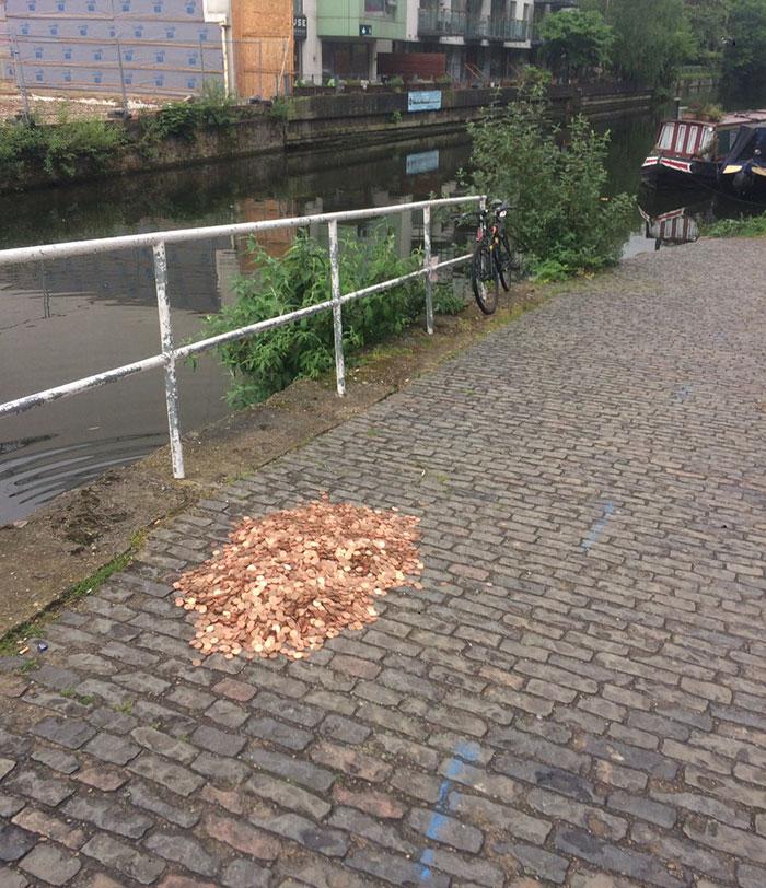 Na zemi nechala 15000 mincí. Z reakcie ľudí ostala prekvapená