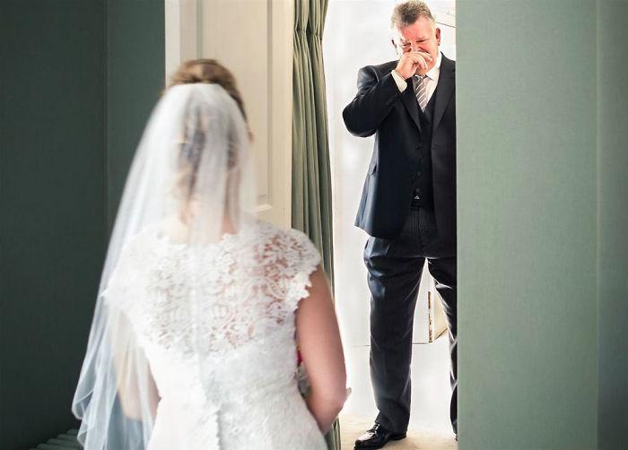 0a9f28678b5b Otcovia uvideli svoje dcéry vo svadobných šatách. Výsledkom sú ...