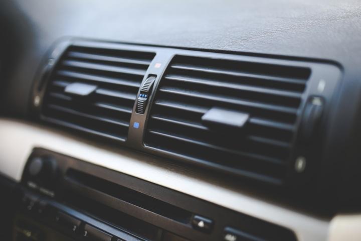 zápach v aute