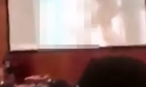 Profesor si pomýlil USB a namiesto prednášky pustil nevhodné video