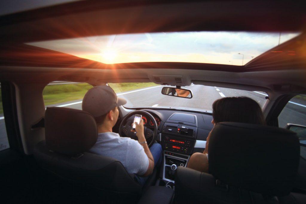 10 nebezpečných vecí, ktoré robíme v aute, no radšej by sme nemali