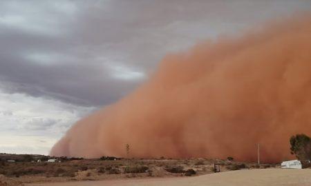 V austrálskom meste vyčíňala desivá piesočná búrka