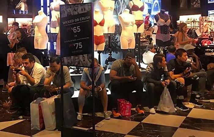 Toto robia muži, keď sa ich polovičky rozhodnú ísť nakupovať...