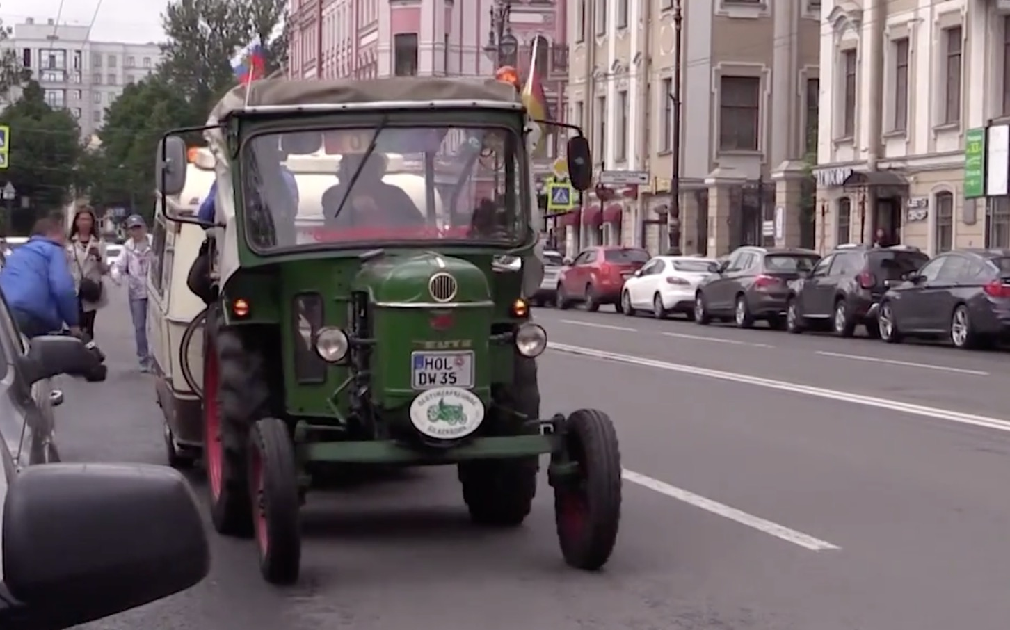 81-ročný nemecký cestovateľ sa na traktore vydal z Nemecka do Petrohradu