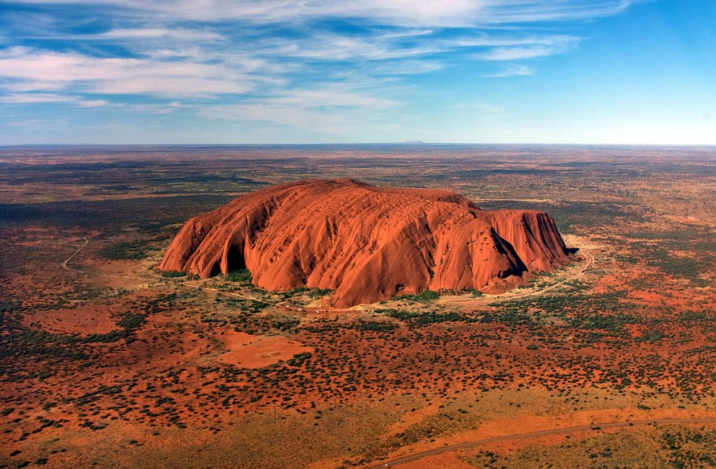 Von Corey Leopold - cropped version ofImage:Uluru, helicopter view.jpg respectively Uluru/Ayers Rock, CC BY 2.0, Link