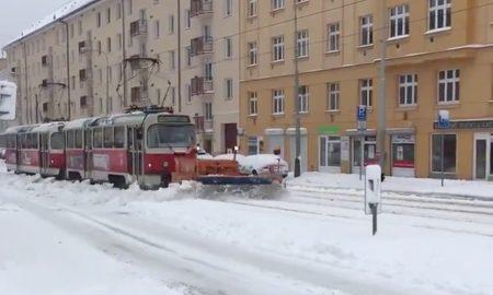 Snehová kalamita v Čechách: Trolejbusy stoja, električky odhŕňajú