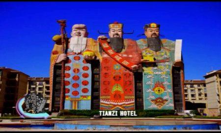Hotel Bohov. Najväčší hotel sveta chránia pred zlými duchmi traja obrí bohovia
