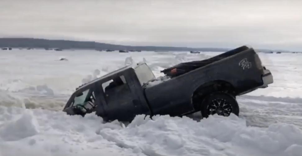 Ako sa cíti majiteľ, keď sa jeho auto prepadne pod ľad a navždy zmizne?