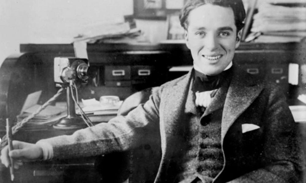Charlie Chaplin by mal 130 rokov. Tu sú fotografie, ktoré ho ukazujú v inom svetle