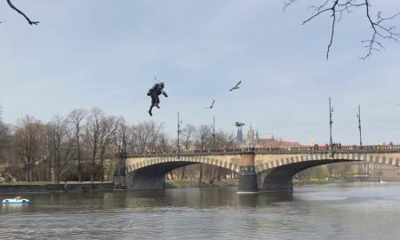 Anglický Iron Man preletel nad českou riekou Vltava