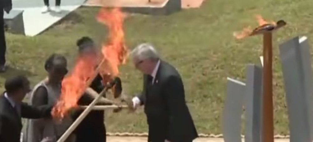 Video: Ohnivák Juncker takmer upálil prvú dámu Rwandy