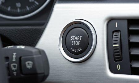 Čo sa stane, keď počas jazdy stlačíte gombík Start / Stop?