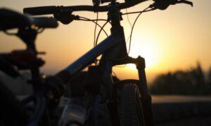 na bicykli